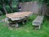 Kamenný stůl s lavicí a ohništěm na zahradě u řeky